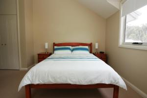 A bed or beds in a room at Blueys Retreat