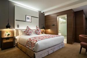 A bed or beds in a room at Movenpick Hotel & Convention Centre KLIA