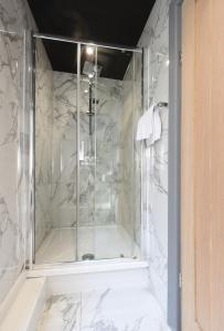 A bathroom at La Jungle Du Swan