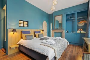 A bed or beds in a room at B&B Charming Brugge
