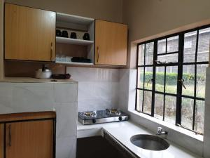 A kitchen or kitchenette at PottersVilla Furnished Apartment