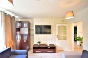 Telewizja i/lub zestaw kina domowego w obiekcie Apartament Sjesta Park