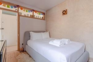 A bed or beds in a room at Stylish 1 Bedroom Flat in Stoke Newington