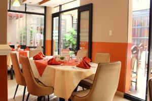 Un restaurante o sitio para comer en El Peregrino Apart Hotel