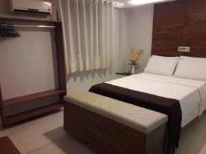 A bed or beds in a room at Hotel Sempre Executive
