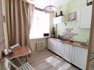 Кухня или мини-кухня в Lipki Kvartira
