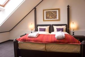 A bed or beds in a room at Lindner Park-Hotel Hagenbeck