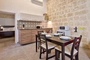 A kitchen or kitchenette at Vallettastay Classic Apartments