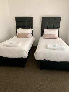 A bed or beds in a room at Lake Macquarie, Lake Petite Retreat