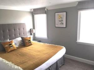 A bed or beds in a room at Rhinefield Apartments