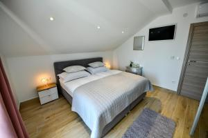 A bed or beds in a room at CAMBI LUX APARTMENT