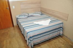 A bed or beds in a room at Hotel Vitoria Regia