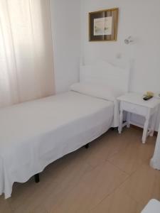 Cama o camas de una habitación en Hostal Sierpes