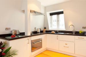 A kitchen or kitchenette at SACO Fleet Street, Crane Court