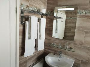 A bathroom at Victoria Park Lodge