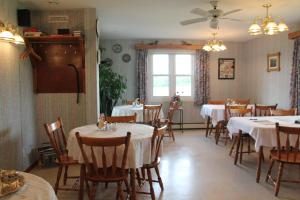A restaurant or other place to eat at Forest Haven Inn