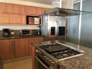 Una cocina o zona de cocina en Tannah Luxury Beachfront Apartment