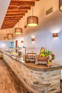 Un restaurante o sitio para comer en Mayan Princess Beach & Dive Resort