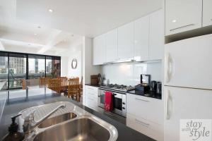 A kitchen or kitchenette at City Heights and Views