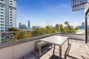 A balcony or terrace at Melbourne City Views