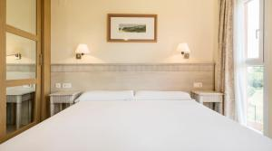A bed or beds in a room at Ilunion Sancti Petri
