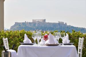 Un restaurante o sitio para comer en Crystal City Hotel