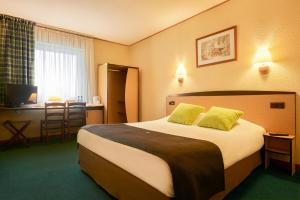 A bed or beds in a room at Campanile Hotel Szczecin