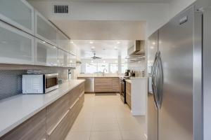 A kitchen or kitchenette at Upscale Palm Springs Corner Lot Home