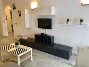 En tv och/eller ett underhållningssystem på Apartamentos Las Rosas de Capistrano