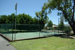 Tennis and/or squash facilities at Acclaim Kingsway Tourist Park or nearby