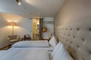 Ein Bett oder Betten in einem Zimmer der Unterkunft Romantik Hotel Bären Dürrenroth