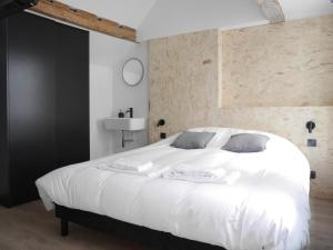 A bed or beds in a room at Le Chat Qui Dort - Vieux Lille II