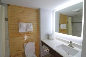 A bathroom at Howard Johnson by Wyndham Downtown Gatlinburg