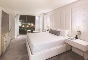 Säng eller sängar i ett rum på Delano Las Vegas at Mandalay Bay