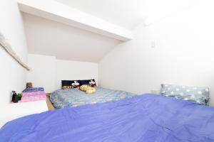 A bed or beds in a room at Haneda Airport Apartment