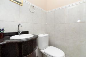 A bathroom at Casa Cravo com Piscina