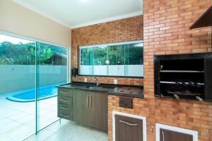 A kitchen or kitchenette at Casa Cravo com Piscina