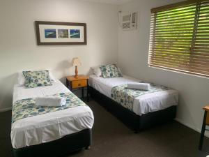 A bed or beds in a room at Sunset Waters 10