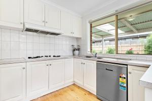 A kitchen or kitchenette at Maroondah 3 Bedroom house in Kilsyth