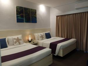 A bed or beds in a room at Treetop Suites