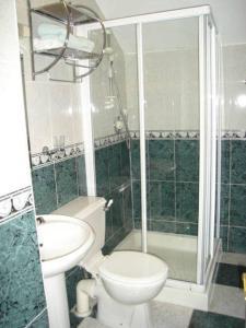 A bathroom at Church View Guest House