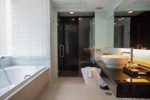 A bathroom at Nora Chaweng Hotel