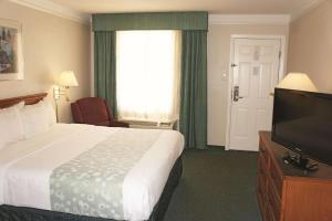 A bed or beds in a room at La Quinta Inn by Wyndham Austin University Area