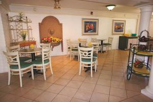 A restaurant or other place to eat at La Quinta Inn by Wyndham Bakersfield South