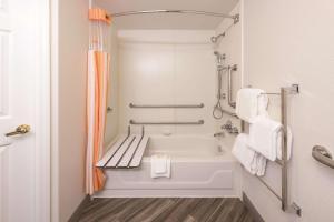 Koupelna v ubytování La Quinta by Wyndham St. Louis Westport