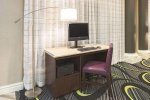TV a/nebo společenská místnost v ubytování La Quinta by Wyndham St. Louis Westport
