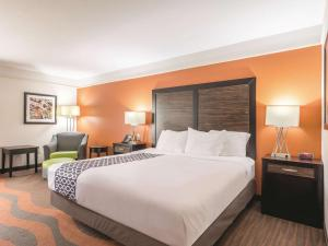A bed or beds in a room at La Quinta by Wyndham Prattville