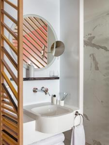 Ett badrum på OKKO Hotels Paris Gare de l'Est