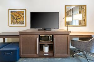 A television and/or entertainment center at Hampton Inn & Suites Newport/Cincinnati, KY