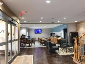 A restaurant or other place to eat at Country Inn & Suites by Radisson, Topeka West, KS